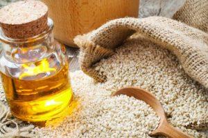 10 Methoden für die Anwendung des Sesamöls auf Haaren